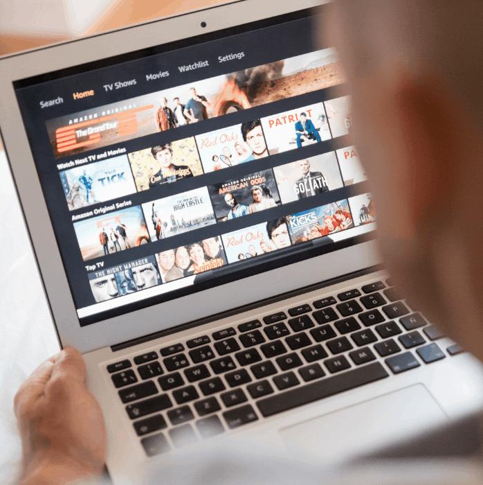Man kiest een televisieserie op een laptop