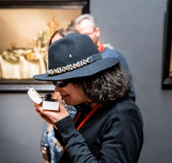 Vrouw bekijkt van dichtbij een item uit de collectie